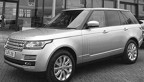 2017 Range Rover Vogue view from front side